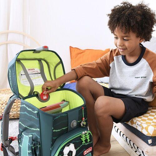 Junge zeigt das EASY GROW SYSTEM an seinem Step by Step Schulranzen