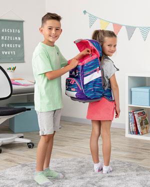 Junge und Mädchen stellen höhenverstellbares EASY GROW SYSTEM des Schulranzens ein