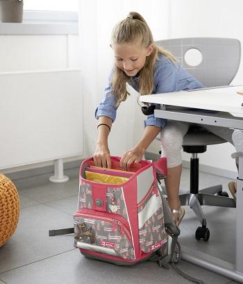 Mädchen packt Schulranzen