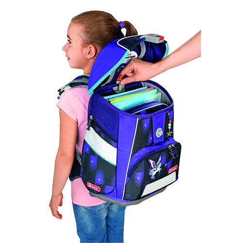 Mädchen mit Schulranzen auf dem Rücken, Hand stellt das EASY GROW SYSTEM ein