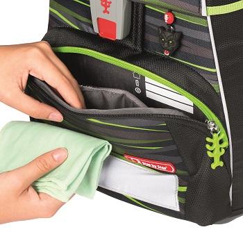 Hand reinigt Fronttasche des Schulranzens