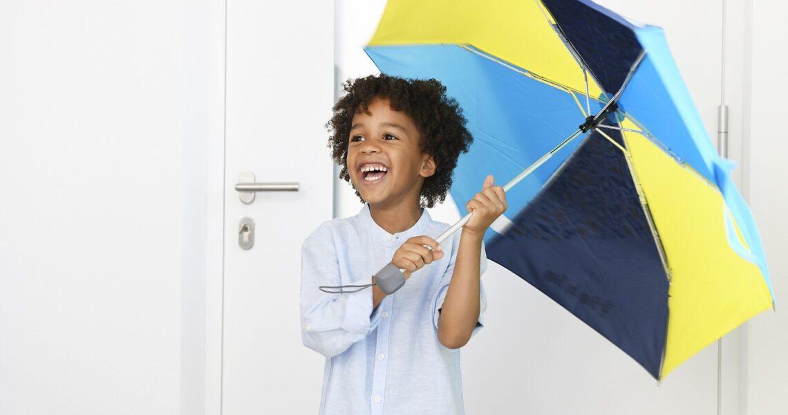 Trocken zur Schule – Mit Regenschirm und Regenschutz für den Schulranzen