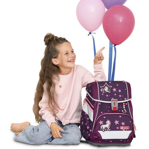 Mädchen sitzt mit Lufballons neben ihrem ersten eigenen Step by Step Schulranzen